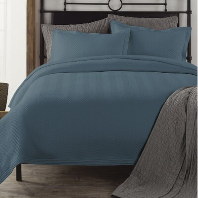 Chevron Coverlet Color: Tapestry Blue, Size: Full/Queen