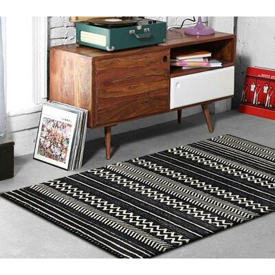 Purti Chevron Handmade Black/White Area Rug