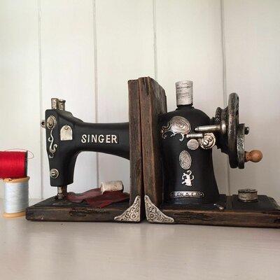 Buchstützen Singer Sewing Machine | Wohnzimmer > Regale > Hängeregale | Braunschwarz | Castleton Home