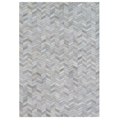 Natural Hide Hand Crafted Gray/Ivory Area Rug Rug Size: 5 x 8