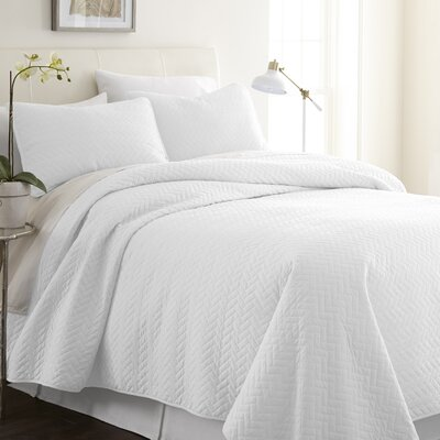 Bergen Coverlet Set Size: Queen/Full, Color: White