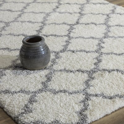 Aria Quatrefoil Ivory/Gray Area Rug Rug Size: 5 x 8