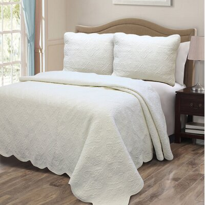 Blantyre Scalloped Edge Quilt Set Color: Ivory, Size: Twin