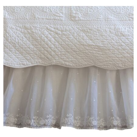 Daisy Dot 350 Thread Count Bedskirt Size: Full, Color: White