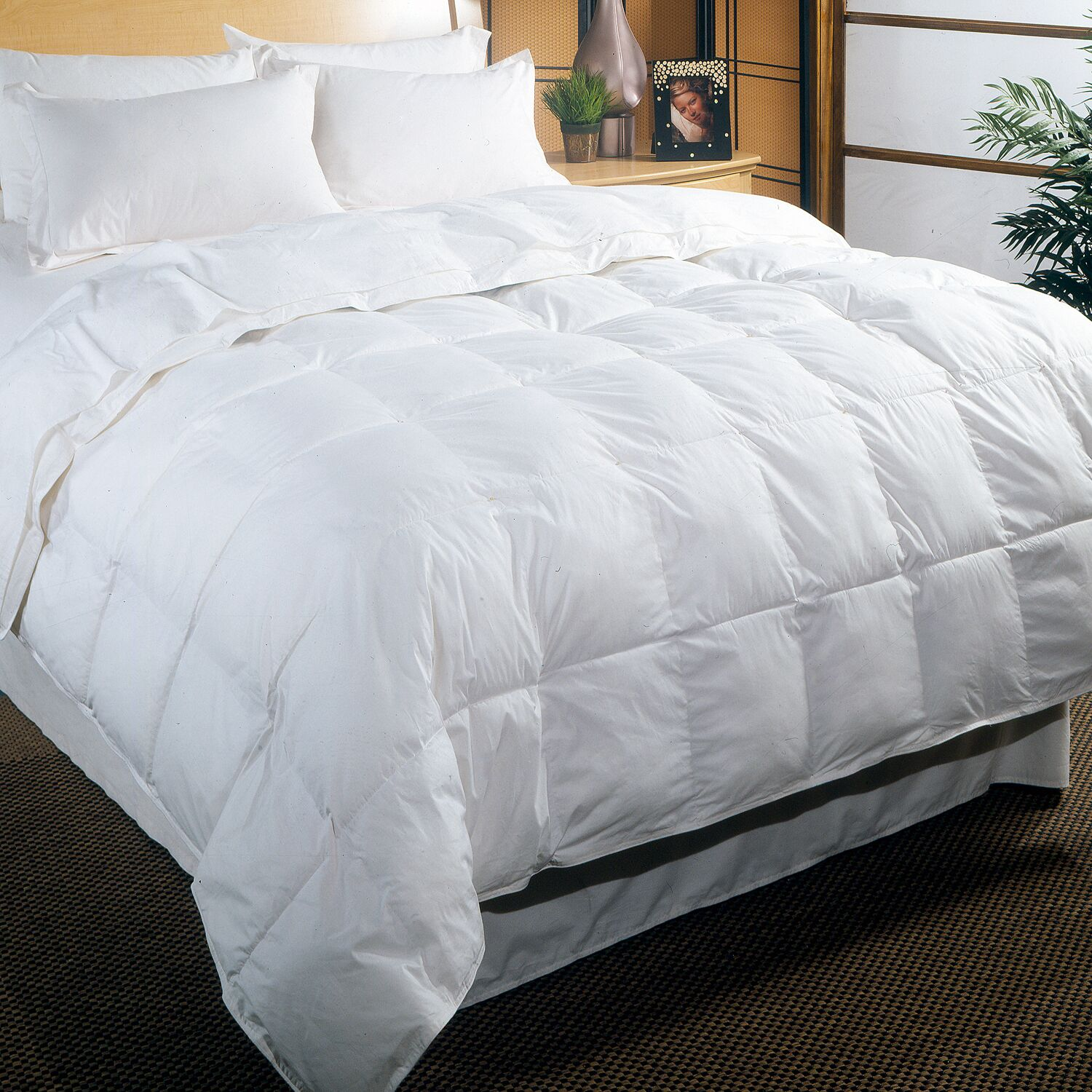 233 Thread Count All Season Down Comforter Size: Full / Queen