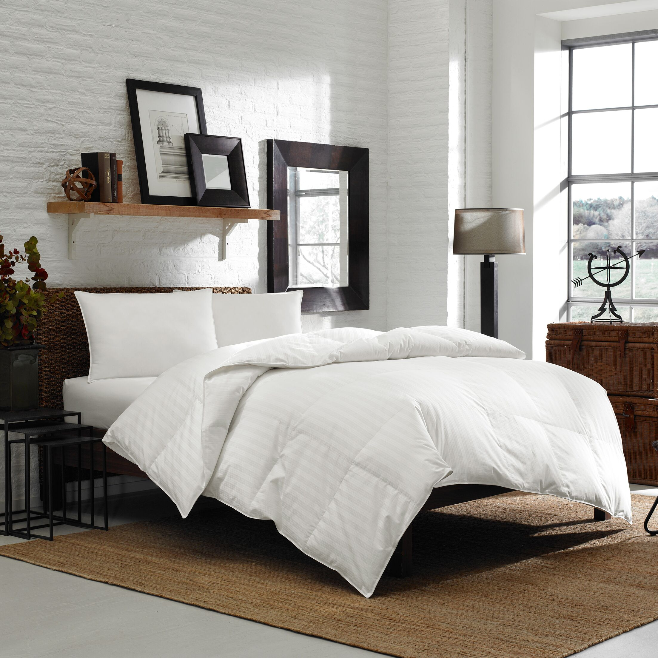 300 Thread Count Damask 650 FP Midweight Down Comforter Size: Queen