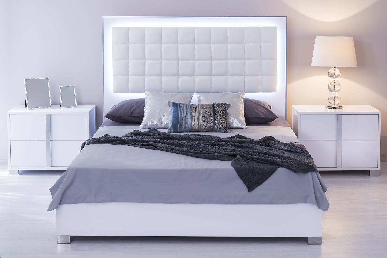 Granberry Platform Bed Color: Glistening White, Size: King