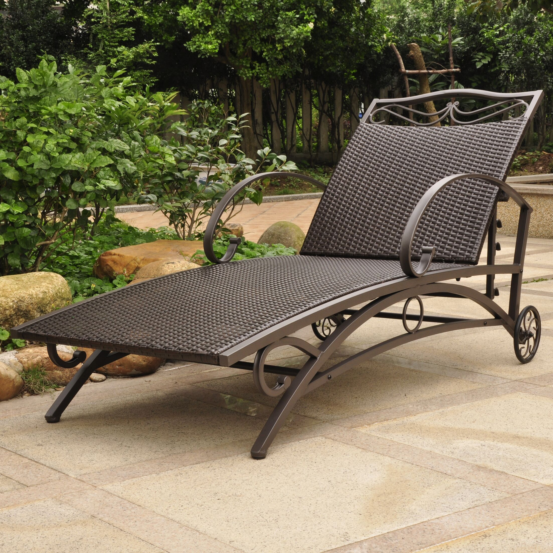 Snowberry Chaise Lounge Finish: Chocolate
