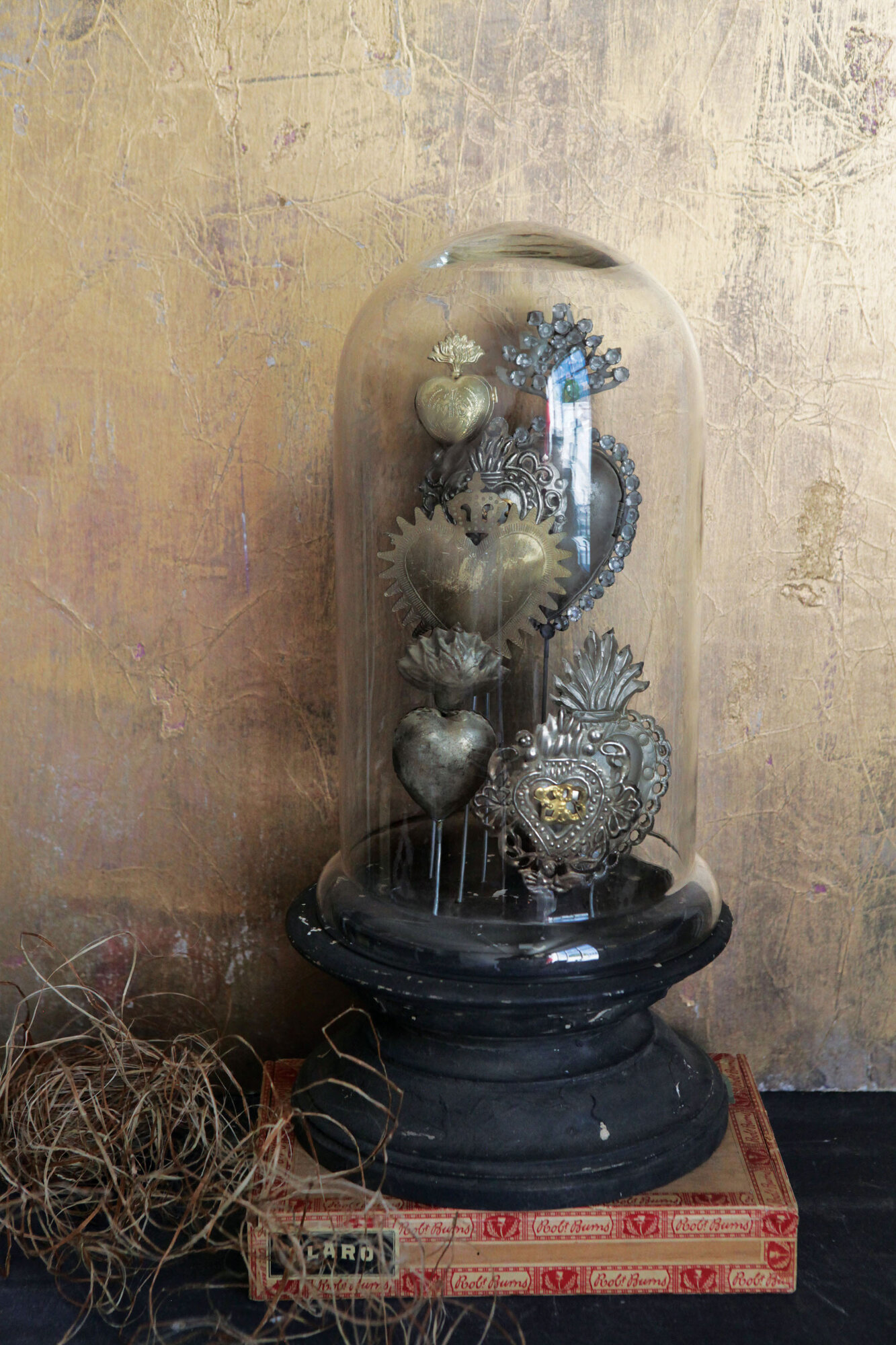 Chateau decorative tin sacred hearts on wood pedestal with for Cloche verre decorative